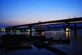 水の体の上を橋を渡る列車 - No.1011935