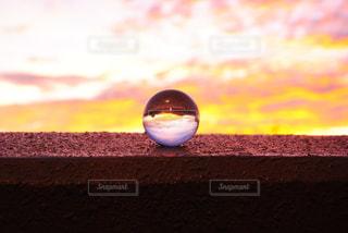 近くに夕日のアップの写真・画像素材[1011982]