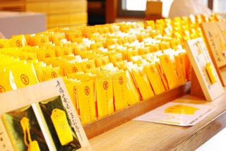 幸福の黄色いお守りの写真・画像素材[1012000]