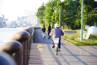 朝 自転車を乗る人の写真・画像素材[1012018]