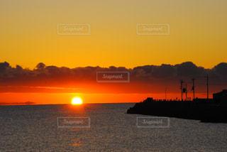 水の体に沈む夕日の写真・画像素材[3113505]
