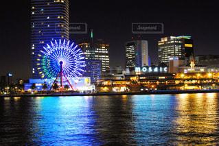 背景に都市がある大きな水域の写真・画像素材[3113562]