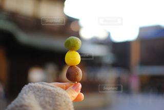 オレンジジュースをグラスで握る手の写真・画像素材[3113590]