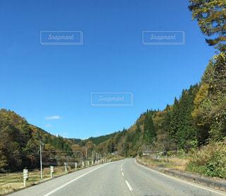 山の中腹に木と空の道の写真・画像素材[1012137]