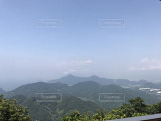 透き通る青空と新緑をたたえた山々の写真・画像素材[1012129]