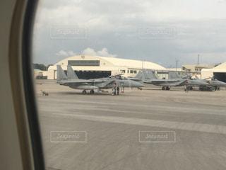 那覇空港の駐機場に止まっている戦闘機の写真・画像素材[1012281]