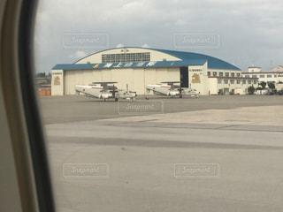 建物の側に止まっている飛行機の写真・画像素材[1012282]