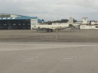 空港で駐機場に止まっている飛行機の写真・画像素材[1012283]