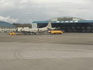 飛行機が空港で駐機場に駐車の写真・画像素材[1012284]