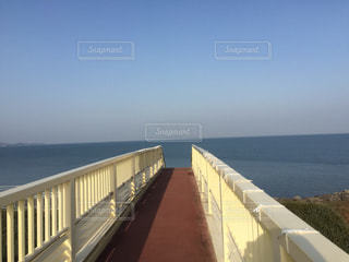 海に吸い込まれそうになる歩道橋の写真・画像素材[1012328]