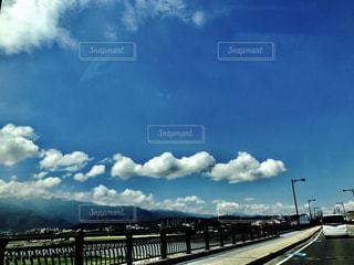 空には雲のグループの写真・画像素材[1012501]