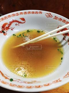 白いプレートにスープのボウルの写真・画像素材[1017651]