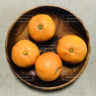 テーブルの上のオレンジのボウルの写真・画像素材[1047740]
