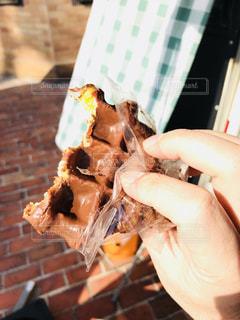 食べ物のかけらを持っている手の写真・画像素材[1056299]