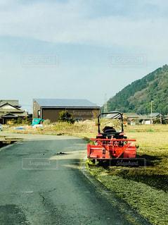 未舗装の道路を運転して大きな赤いトラック - No.1056305