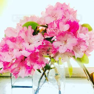 テーブルの上に花瓶の花の花束 - No.1159737