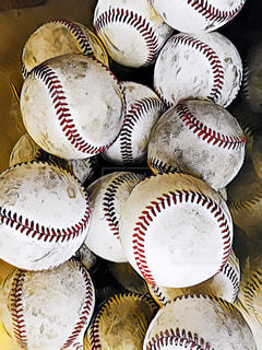 テーブルの上に立っている野球選手のグループの写真・画像素材[1404312]