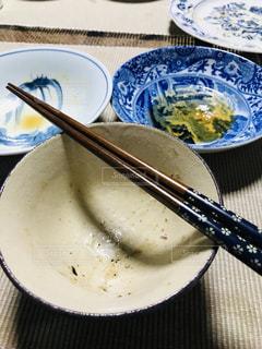 皿の上の食べ物のボウルの写真・画像素材[2129122]