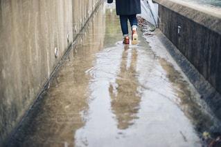雨の中歩いている人の写真・画像素材[1788172]