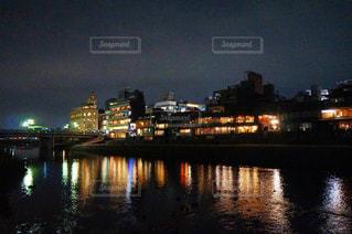 鴨川沿いの夜景の写真・画像素材[1012818]