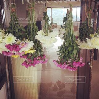 テーブルの上の花の花瓶 - No.1013304