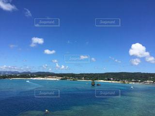 水の体の真ん中に島の写真・画像素材[1014751]