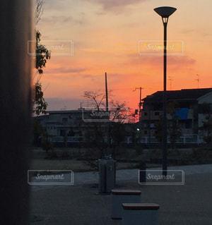 街に沈む夕日の写真・画像素材[1013132]
