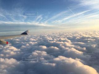 青い空を飛んでいる飛行機 機内からの景色の写真・画像素材[1013366]