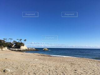 海の横にある砂浜のビーチの写真・画像素材[1014176]