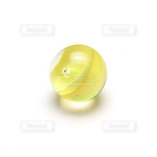 黄色いビー玉の写真・画像素材[1014449]