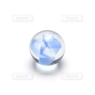 青いビー玉の写真・画像素材[1014450]