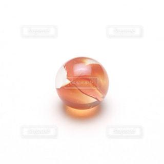 オレンジのビー玉の写真・画像素材[1016239]
