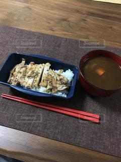 テーブルの上に食べ物のトレイの写真・画像素材[1015120]
