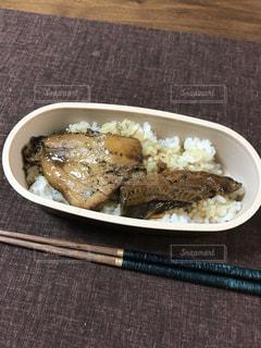 テーブルの上に食べ物のプレートの写真・画像素材[1015121]