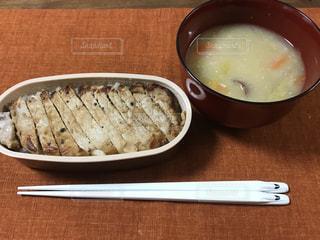 板の上に食べ物のボウルの写真・画像素材[1015123]