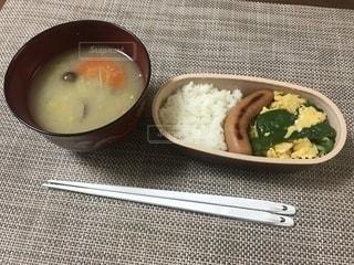 板の上に食べ物のボウルの写真・画像素材[1015124]