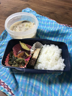 皿のご飯肉と野菜料理 - No.1015244