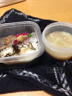 テーブルの上に食べ物のボウルの写真・画像素材[1015278]