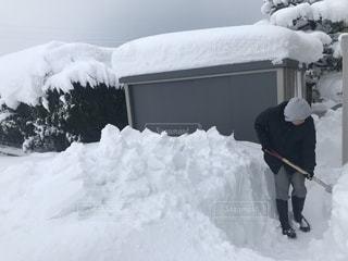 雪の中に立っている男の人の写真・画像素材[1015111]