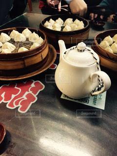 テーブルの上のコーヒー カップの写真・画像素材[1015133]