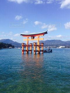 背景に厳島を水の体の横に座ってボートの写真・画像素材[1015137]