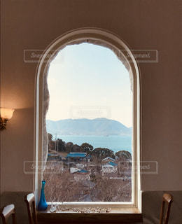 旅先のカフェの窓から  穏やかな瀬戸内の海が見えました。  明日からまた仕事がんばろう。の写真・画像素材[1046990]