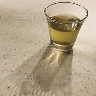 テーブルの上のガラスのコップの写真・画像素材[1055932]