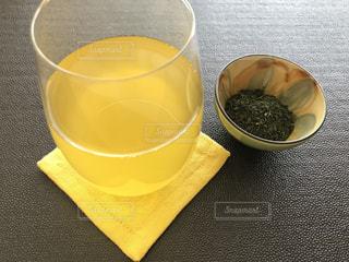 テーブルの上のコーヒー カップの写真・画像素材[1055933]