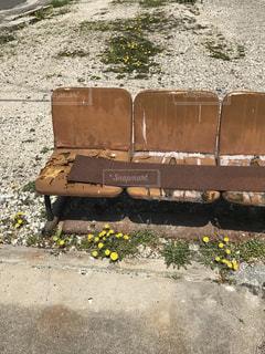 木製のベンチ側に座って荷物の一部の写真・画像素材[1126320]