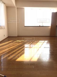 木の床の部屋の写真・画像素材[1597515]