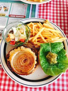 テーブルの上に食べ物のプレートの写真・画像素材[1016372]