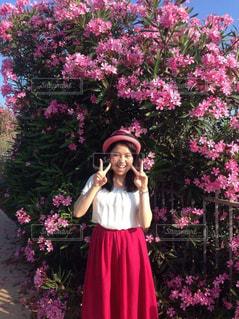 ピンクの花と女性。の写真・画像素材[1018385]