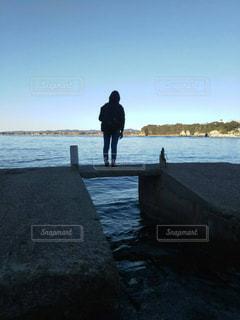 海と後ろ姿の写真・画像素材[1050708]