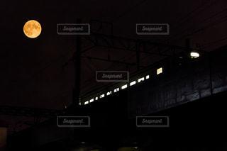 月と電車の写真・画像素材[1069032]